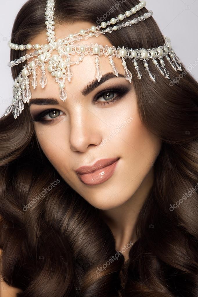 c71a4410c9c1d1 Красиві нареченої з весілля макіяж і зачіску, привабливі наречена жінки  мають остаточної підготовки до весілля. Наречена наречений очікування.