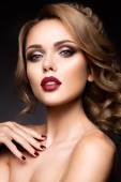 Fényképek Közeli fényes make-up a gyönyörű nő portréja