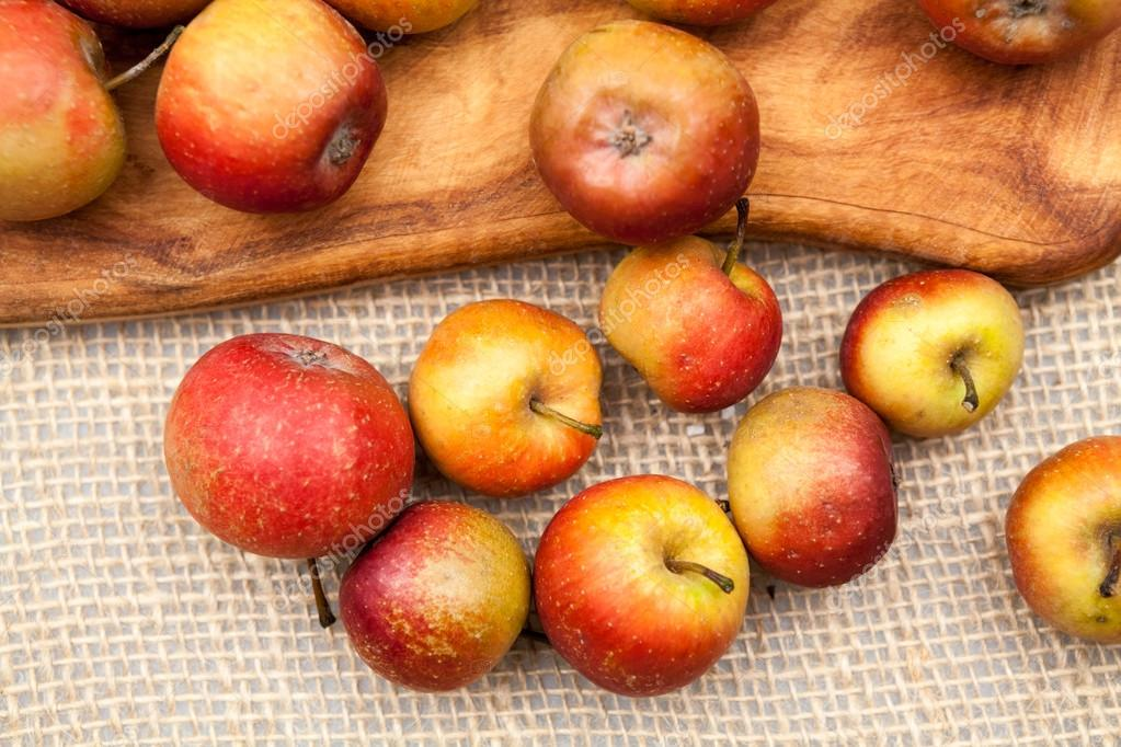 Male Czerwone Jablka I Kuchni Deska Do Krojenia Z Plotnie Tekstury