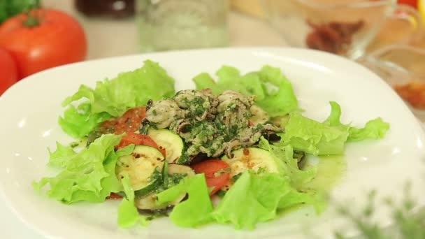 Vařená chobotnice s grilovanou zeleninou