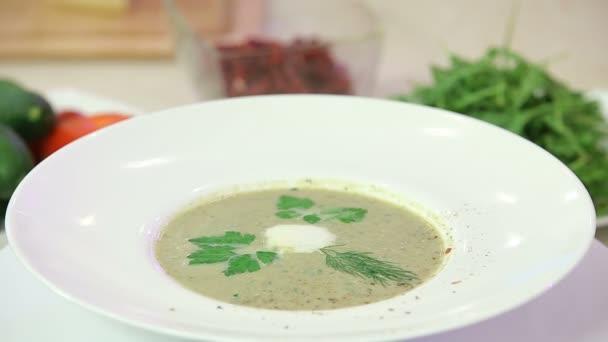 Houbová krémová polévka v misce f
