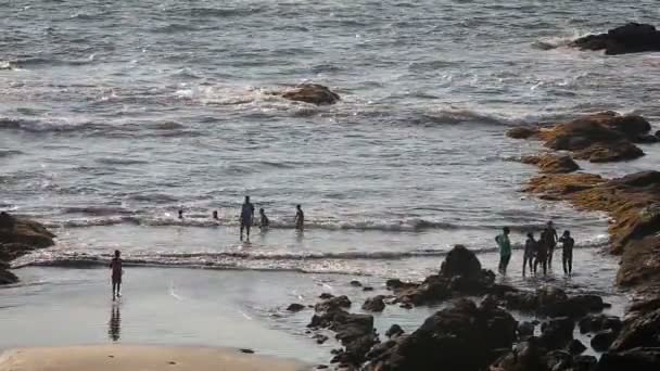 lidé se baví na pláži