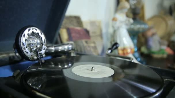 Starý gramofon hraje vinyl záznam