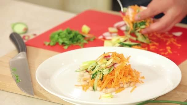 Kuchař je uvedení čerstvě nakrájíme zeleninu na talíř vegetariánský salát