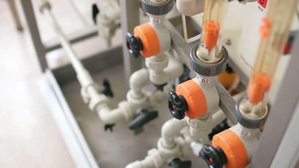 Inženýr pracující s potrubí