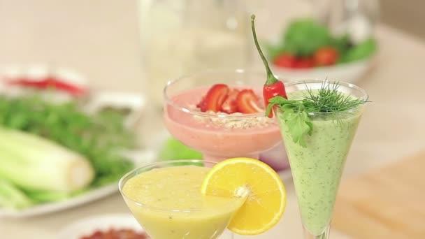 Prezentace jahoda, zelené zeleniny a citrusové koktejly zdobené v brýlích