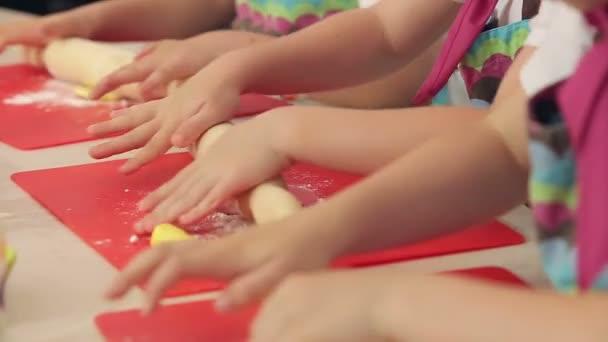 Detailní záběr rukou děti dělat barevné soubory cookie