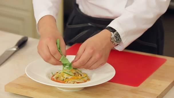 Podává zeleninová polévka minestrone