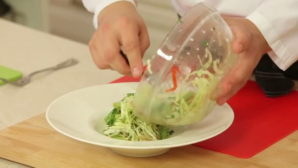 Chef kocht heiß Gemüsesalat
