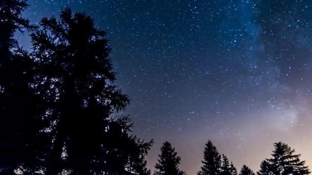 timelapse hvězdy a mléčné dráhy v horských lesích. Itálie