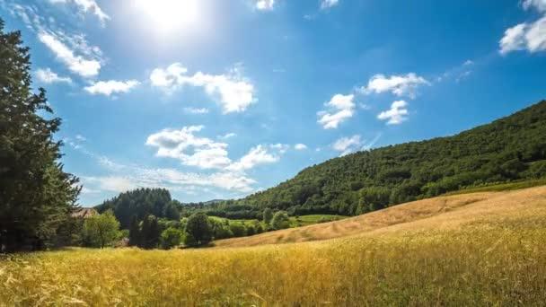 Timelapse Rural krajina. Západ slunce a pohybující mračna nad kopci a pšeničné pole. Toskánsko