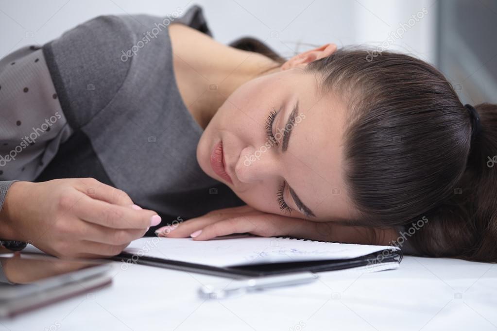 Femme d affaires dormir dans bureau u photographie nikolodion