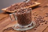 Čerstvě pražené zrnkové kávy v šálku