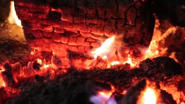 hořící oheň v krbu