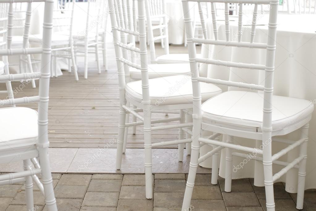 Sedie Bianche Eleganti : Sedie bianche in ristorante u foto stock nikolodion