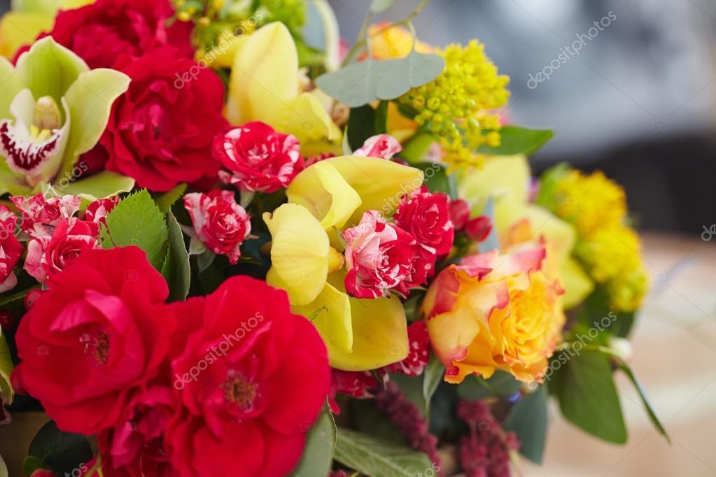 Blumenstrauß rot, gelb, weiss — Stockfoto © nikolodion #85397606