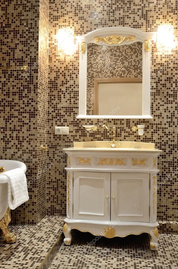 Interieur van een badkamer in retro stijl - bad, spiegel en kast met ...