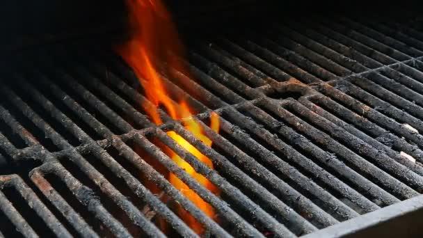 BBQ Grill és izzó parazsat. Láthatjuk több grill, grillezett ételek, a tűz