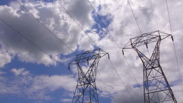Strom-Kraftwerk einen Sonnenuntergang. Hochspannungs-Unterstützung. Wolken am Himmel - Skala Kraftwerk Gefahr. Kraftwerk bei Sonnenuntergang. Elektrik
