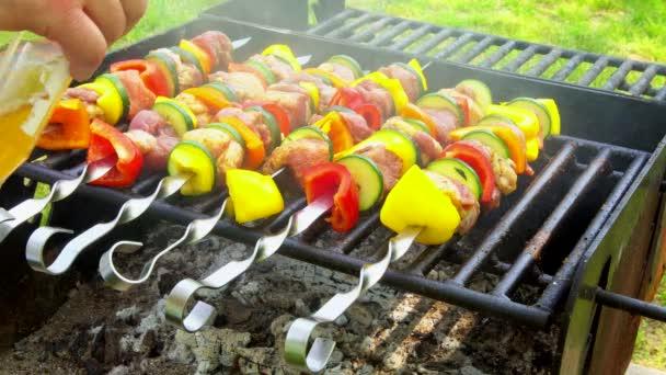 Barbecue. Ražniči s grilovanými paprikami na rozpáleném grilu