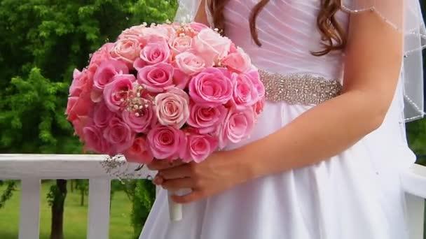 sposa tiene un bouquet di Rose