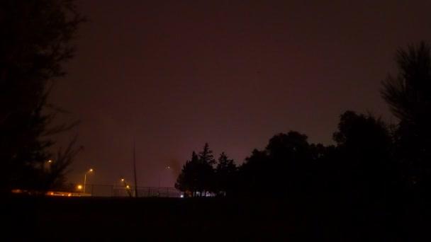 zářivě barevné ohňostroje na noční obloze