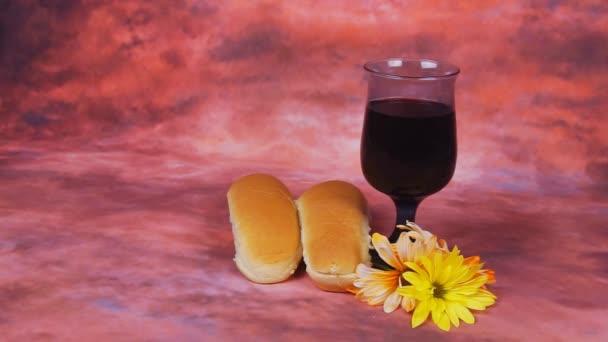 Shabbath-Kerzen mit unbedecktem Challah-Brot und Kippa entzündet.