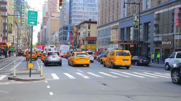 New York City, Usa – 20. dubna 2016 obsazeno turisté Krátká návštěva známé populární Times Square, plno lidem Walking v Nyc, černá limuzína žluté Taxi Taxi