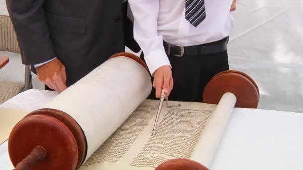 Hand des Jungen beim Lesen der jüdischen Tora in der Bar Mitzwa Bar Mitzwa am 5. September 2016