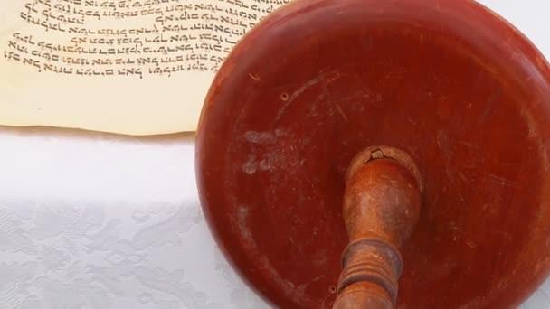 die hebräische Tora, die hier auf einem Synagogenaltar abgebildet ist, wird von einem speziell geschulten Schreiber mit einem 5. September 2016 auf Ziegenleder-Pergament geschrieben