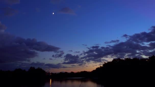 Měsíc v hvězdnou oblohu odrazem v moře měsíc jezero odraz vody mraky