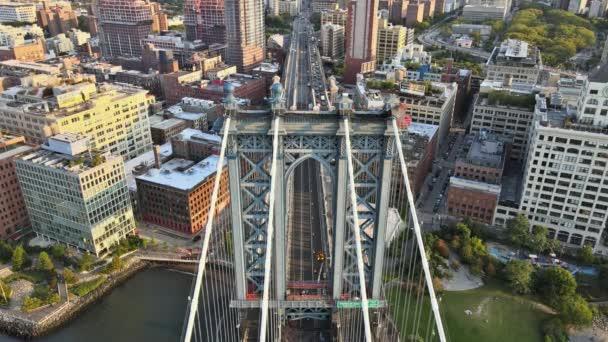 Pohled z boku New Yorku na Manhattan Bridge v budovách New Yorku