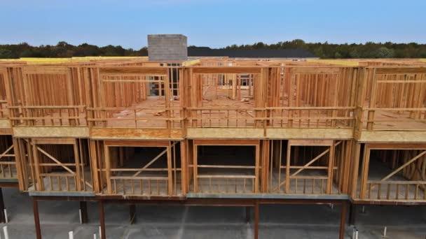 Außenverkleidung von neuen Holzhäusern im Bau