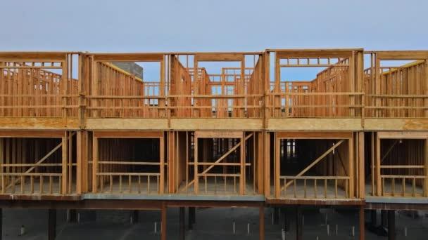 Holzverkleidungen auf der Baustelle mit Holzfachwerk
