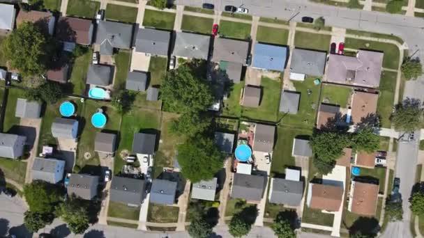 Scénická sezónní krajina z výše leteckého pohledu na malé město na venkově Cleveland Ohio US