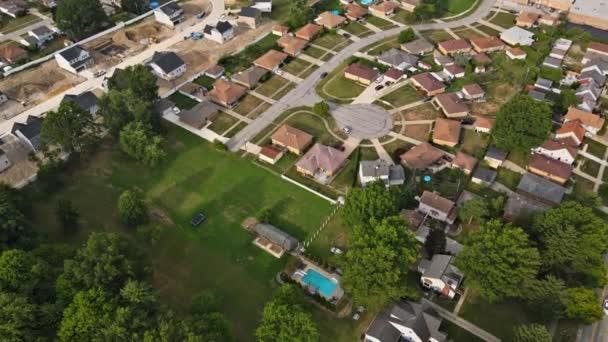Scenic szezonális táj felülről légi kilátás egy kis város vidéken Cleveland Ohio US