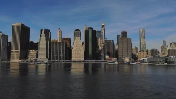 New York City Manhattan panorama s historickými památkovými mrakodrapy nad řekou Hudson