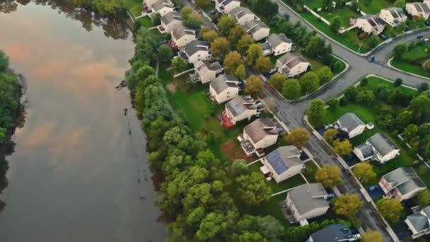 Légi kilátás vízparti kertvárosi utcában a középosztálybeli kertvárosi környéken házak