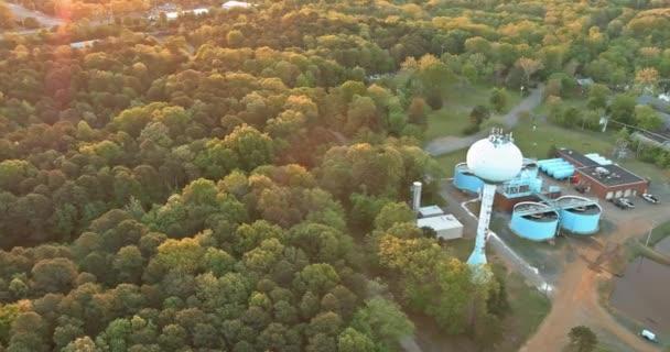 Panoramablick auf moderne städtische Kläranlagen Wasserreinigung ist der Prozess der Entfernung unerwünschter Chemikalien