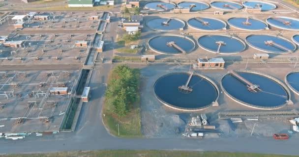 Wassertanks in der Abwasseraufbereitung nach der Anlage in Anlagen