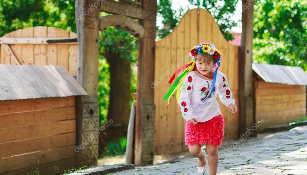 Sätze von ukrainischen traditionelle Kränze vor dem Hintergrund der ...