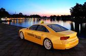 Taxíky zaparkované na ulici.