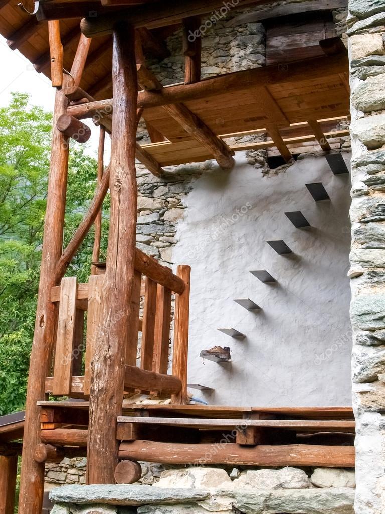 Stein-Treppe für den Einstieg in das Dachgeschoss — Stockfoto ...