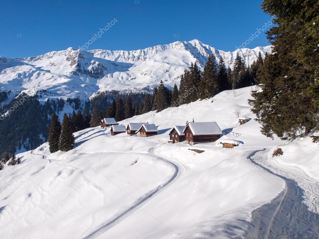Chalet de montaña cubierto de nieve en madera — Fotos de Stock ...