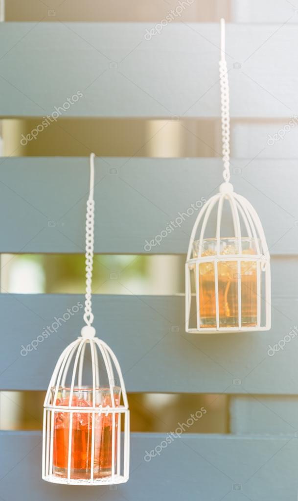 blanco decoracin vintage jaula vintage colgante en madera de fondo velas blancas dentro de u foto de dourleak
