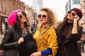 Fotografie Mode-Portrait der Firma jung hübsch lächelnd mädchen Freunden zu Fuß in die Stadt