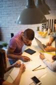 Mladí podnikatelé pracují společně