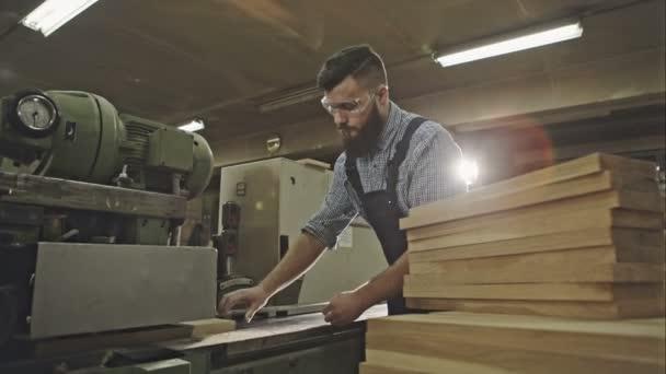 Tesař provozní dřevo falcovací stroj