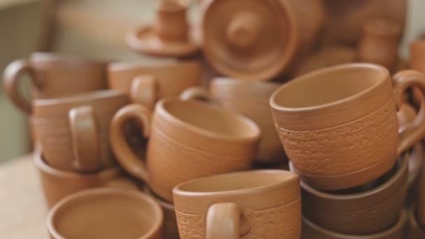 Rustikální ručně vyráběné keramické hlíny hnědé terakotové šálky suvenýrů v ateliéru keramiky. Surový video záznam