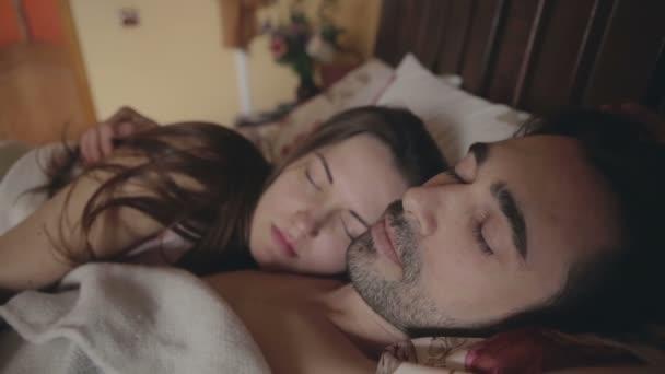 Giovane uomo esce con l\'amante di abbracci lo stress nel letto ...
